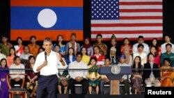 អ្នកចូលរួមស្តាប់លោកប្រធានាធិបតីសហរដ្ឋអាមេរិក បារ៉ាក់ អូបាម៉ា នៅក្នុងកិច្ចជួបជុំមួយជាមួយសមាជិកនៃកម្មវិធីអ្នកដឹកនាំវ័យក្មេងរបស់តំបន់អាស៊ីអាគ្នេយ៍ ឬ Young Southeast Asian Leaders Initiative នៅសាកលវិទ្យាល័យ Souphanouvong ក្នុងក្រុងហ្លួងព្រះបាង នៃប្រទេសឡាវកាលពីថ្ងៃទី ៧ ខែកញ្ញា ឆ្នាំ២០១៦។ (REUTERS/Jonathan)