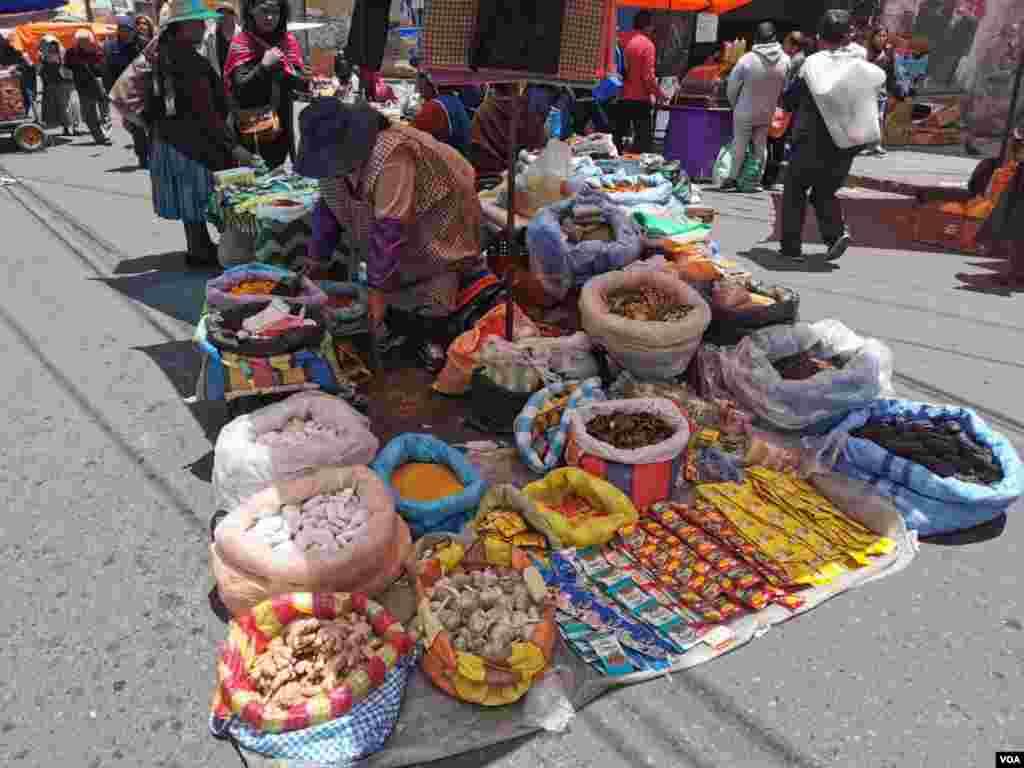 Algunos alimentos de la canasta básica boliviana todavía están disponibles en los mercados públicos de Bolivia.