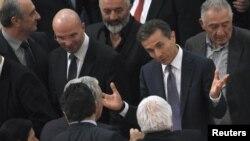 PM baru Georgia, Bidzina Ivanishvili (kedua dari kanan) menerima ucapan selamat dari para anggota parlemen setelah pemilihan di parlemen hari Kamis (25/10).