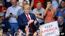 پرزیدنت ترامپ در جمع هزاران نفر از حامیان خود در شهر سینسیناتی ایالت اوهایو سخنرانی می کرد.