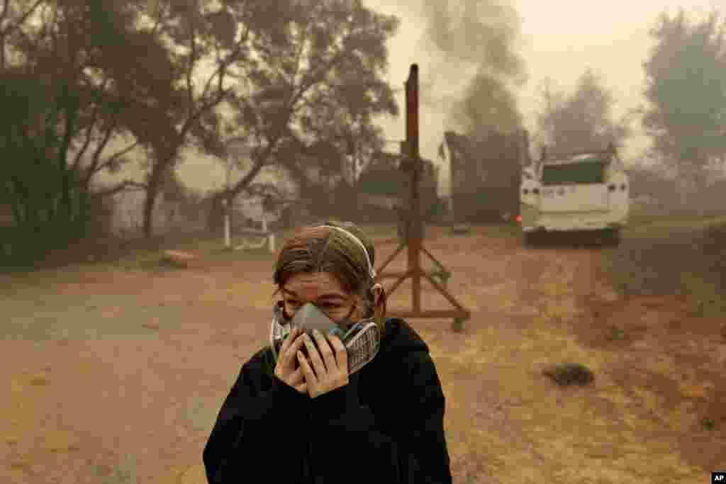 Araya Cipollini llora cerca de los restos de su casa familiar quemada en el incendio Camp Fire, en Paradise, Calif., Nov. 10, 2018.