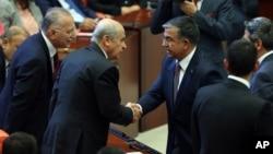 İsmet Yılmaz MHP Genel Başkanı Devlet Bahçeli ve MHP'nin Meclis Başkanı adayı Ekmeleddin İhsanoğlu'yla el sıkışırken