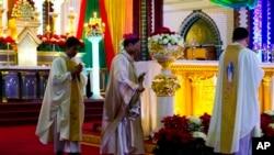 De acuerdo a CARA, de los sacerdotes que serán ordenados en 2015, un 14 % es hispano, un 69% es blanco no hispano, un 10% es asiático y un 5% es afroamericano.
