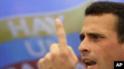 El candidato opositor en Venezuela, Henrique Capriles, promete un millón de empleos para los jóvenes venezolanos.