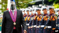 美國國防部長奧斯汀在菲律賓馬尼拉都會區的奎松市的阿奎納爾多營檢閱儀仗隊。(2021年7月30日)