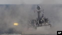 Un buque patrulla de la marina surcoreana dispara durante maniobras militares en la costa sureste de Corea del Sur, cerca de Busan.