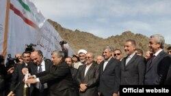 Presiden Armenia Serzh Sarkisian dan delegasi Iran menghadiri peletakan batu pertama pembangunan PLTA di kawasan Sungai Arax di perbatasan Armenia-Iran (8/11).