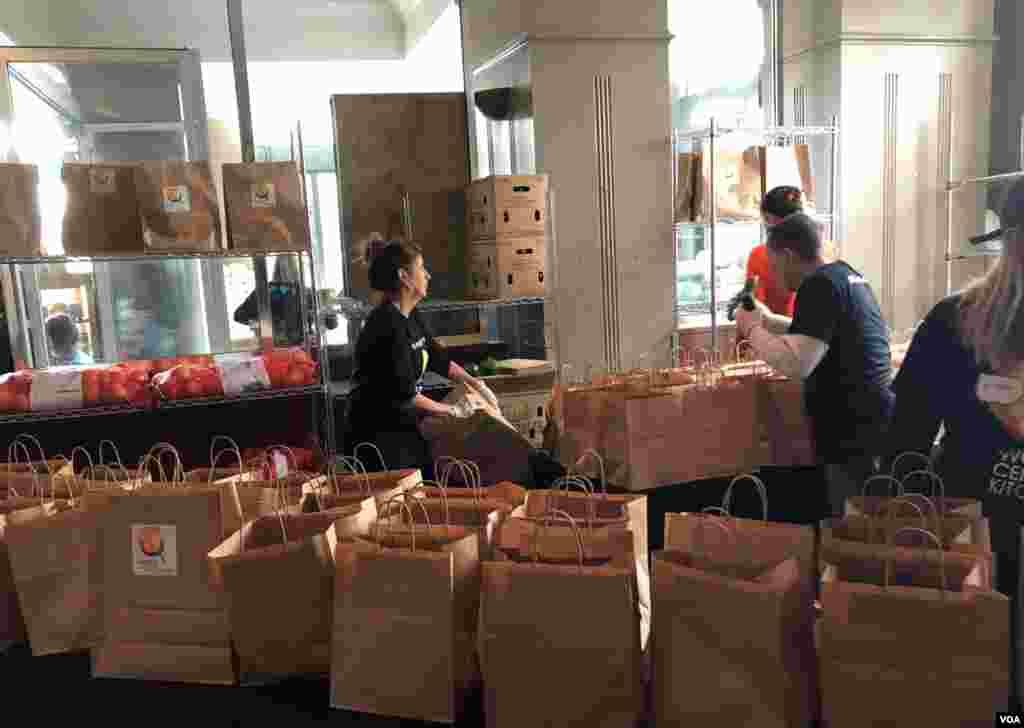 名厨何塞·安德烈斯开办的世界中央厨房在华盛顿为政府关门期间无薪上班的联邦员工免费提供蔬菜瓜果。(2019年1月23日)