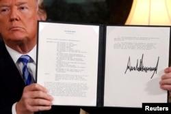 ປະທານາທິບໍດີ ສະຫະລັດ ທ່ານດໍໂນລ ທຣຳ ຖືເອກກະສານ ໃບປະກາດ ທີ່ແຈ້ງເຈດຕະນາລວມ ຂອງທ່ານ ່ທີ່ຮູ້ຈັກກັນຄື ແຜນການປະຕິບັດງານຮ່ວມຮອບດ້ານ ຫຼື JCPOA ທີ່ຈະຖອນໂຕອອກຈາກ ສັນຍານິວເຄລຍ ກັບອີຣ່ານ ຫລັງຈາກທີ່ໄດ້ລົງນາມ ໃສ່ເອກກະສານນັ້ນ ຢູ່ໃນຫ້ອງ ການທູດ ຂອງທຳນຽບຂາວ ໃນນະຄອນຫຼວງ ວໍຊິງຕັນ, ວັນທີ 8 ພຶດສະພາ 2018.