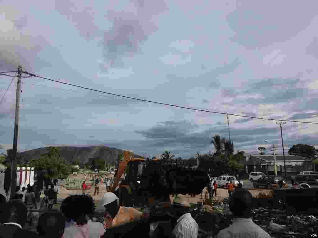 """Brilho Nampula é a campanha do Conselho Municipal de Nampula para que a cidade volte a brilhar, na língua da terra """"Warya Wamphula"""". Moçambique, Março 2014, Faizal Ibramugy, VOA"""