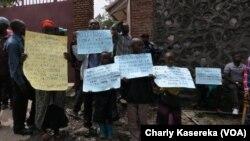 Des familles de l'ethnie Hutu brandissent des affiches exigeant l'autorisant d'exode vers l'Ituri devant le bureau du Gouverneur du Nord-Kivu, à Goma, 19 mai 2017. (Charly Kasereka)