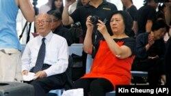 高瑜(右侧手持相机者)参加香港刘霞艺术展 (2012年6月资料照片)