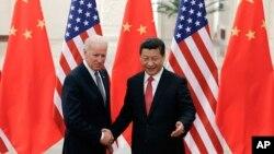 Chủ tịch Trung Quốc Tập Cận Bình đón tiếp Phó Tổng thống Mỹ Joe Biden tại Sảnh đường Nhân dân ở Bắc Kinh, ngày 4/12/2013.