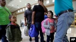 El presidente Donald Trump cambió las leyes de asilo para limitar el número de inmigrantes que ingresan al país.