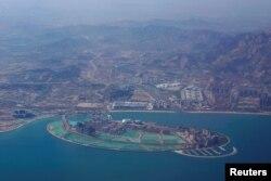 2018年4月27日,中国山东省青岛市,万达集团东方影都开幕式之前。青岛东方影都号称万达集团投资500亿元建设的全球投资规模最大的影视产业基地,位于新城灵山卫。