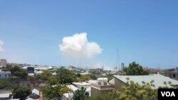 Vue sur une explosion de Mogadiscio, en Somalie, le 5 avril 2017. (VOA)