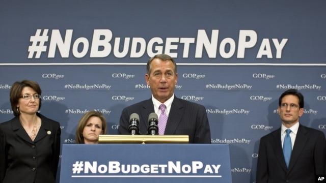 Chủ tịch Hạ viện John Boehner và các nhà lãnh đạo Cộng hòa của Hạ viện nói chuyện với các phóng viên tại Điện Capitol sau một cuộc họp kín nhằm tránh một cuộc khủng hoảng về nợ, 22/1/2013.  (AP Photo/J. Scott Applewhite)