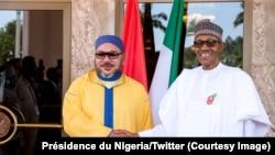 Le roi Mohamed VI du Maroc et le président Muhammadu Buhari du Nigeria échangent une poignée de mains lors d'une visite du souverain marocain au Nigeria, 2 décembre 2016. Crédit : Présidence du Nigeria
