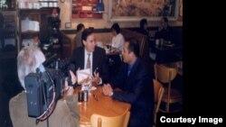 سبیر بھاٹیا اور سٹیو جورویسٹن بکس ریستوران میں