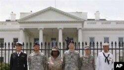 Pripadnici oružanih snaga homoseksualne orijentacije prosvjeduju ispred Bijele kuće protiv sadašnje politike Pentagona prema homoseksualcima