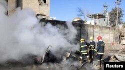 Lính cứu hỏa tại hiện trường sau một vụ đánh bom tự sát ở Kirkur, ngày 3/2/2013.