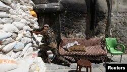 지난 11일 시리아 알레포에서 반군이 정부군과 교전을 벌이고 있다. (자료사진)