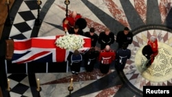 El ataúd de la ex primera ministra Margaret Thatcher es sacado de la catedral de San Pablo en Londres.