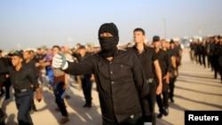 پیکارجویان شیعه جیش المهدی در نجف، در حال آماده شدن برای مقابله با داعش – ۲۶ خرداد ۱۳۹۳