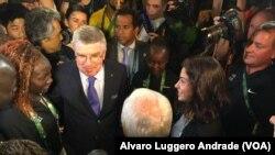 Presidente do COI Thomas Bach com a equipa olímpica dos refugiados, Rio-2016