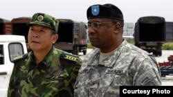 時任美國駐華武官的霍珀準將(中文名胡可誠)2008年汶川地震後與時任中國國防部外事辦副主任關友飛大校視察美中聯合賑災行動
