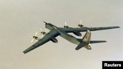 Máy bay ném bom chiến lược 'Gấu' Tupolev Tu-95 có tầm bay xa 15 ngàn cây số không cần tiếp liệu.