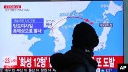 Seorang warga Korea Selatan menonton berita peluncuran rudal balistik Korut di stasiun kereta di Seoul, Rabu (29/11).