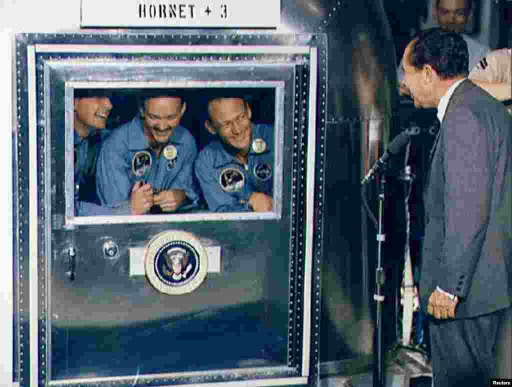 По возвращении на Землю астронавты приводнились в зоне между Маршалловыми и Гавайскими островами. После посадки к зоне приводнения прибыли аквалангисты, которые передали астронавтам скафандры биологической защиты и помогли им погрузиться на надувные лодки.  После этого их подобрал авианосец «Хорнет». На борту участников лунной программы встретили астронавт Фрэнк Борман, директор НАСА Томас Пейн и президент США Ричард Никсон. На этом снимке мы видим, как астронавты общаются с главой Белого дома через окно карантинного фургона.