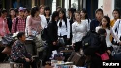 지난해 9월 중국을 방문한 후 북한으로 돌아가려는 북한 주민들이 단둥 세관 앞에 줄 서 있다.