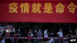 中国湖北武汉市民排队接受新冠病毒核酸检测。(2021年8月3日)
