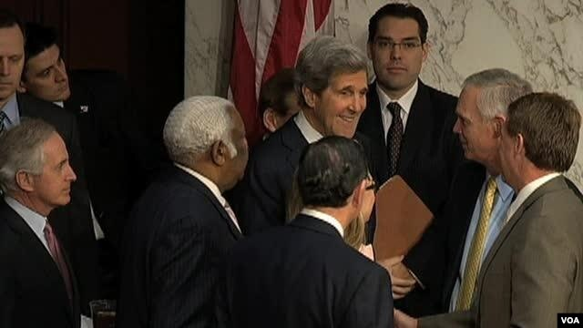 24일 열린 미국 상원 인준 청문회에 참석한 존 케리 국무장관 지명자가 의원들과 인사를 나누고 있다.
