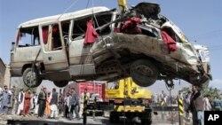 Взорванный в пригороде Кабула автобус. 7 августа 2012 г.