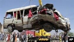 7일 아프가니스탄 카불에서 벌어진 폭탄 테러로 폭발한 버스.