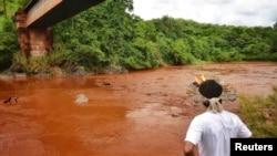 Sungai Paraopeba yang berwarna kecoklatan akibat tercemar limbah pertambangan dan mengancam Sungai Sao Francisco yang lebih besar.