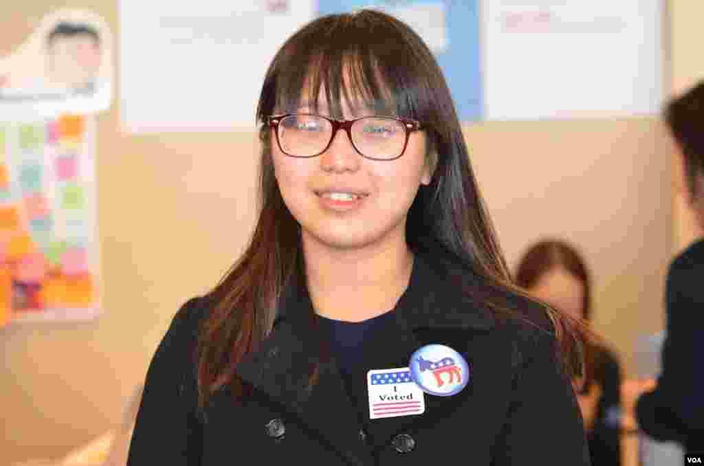 """Cô Kim Su-yeon, sinh viên trường đại học Hankuk tại Nam Triều Tiên: """"Tôi chọn Obama vì các chính sách của ông ăn khớp với quan tâm và lập trường chính trị của tôi."""" (Y. Kim/VOA)"""