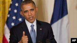 El presidente Barack Obama gesticula durante la conferencia de prensa conjunta con Francois Hollande.