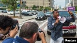 지난 2일 미국 볼티모어 시에서 시위대가 경찰 체포 과정에서 사망한 흑인 청년 프레디 그레이 사건에 항의하고 있다.