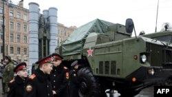 지난 2월 러시아 상테페테르부르크에서 열린 군사 전시회에 S-300 미사일이 전시되어 있다. (자료사진)