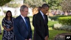 باراک اوباما و جرج دبلیو بوش هنگام ادای احترام به قربانیان دارالسلام