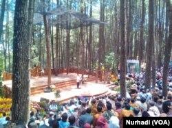 Jokowi berbicara di panggung alam di tengah Hutan Mangunan, Yogyakarta dalam Festival Kehutanan Nasional, Jumat, 28 September 2018. (Foto: VOA/Nurhadi)