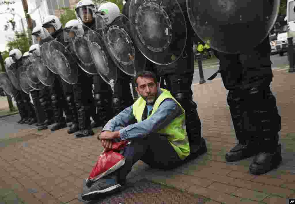 همزمان با انتخابات پارلمان اروپا، این معترض که جلیقه زرد به تن دارد، مقابل پارلمان اروپا در بروکسل بلژیک تحصن کرده است.