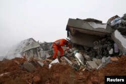 消防员在滑坡造成的废墟中寻找幸存者(2015年12月20日)