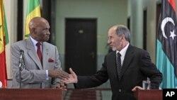 عبدالله وید رئیس جمهور سنیگال (چپ) و مصطفی رئیس شورای انتقالی لیبیا با هم دست میفشارند.