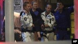 Une victime d'une prise d'otages dans un café de la place Martin à Sydney le 16 décembre 2014.(AP)