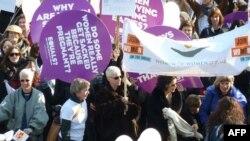 Phụ nữ tham gia cuộc tuần hành nhân ngày Quốc tế Phụ nữ 2011 tại cây Cầu Thiên Niên kỷ ở London, ngày 8/3/2011